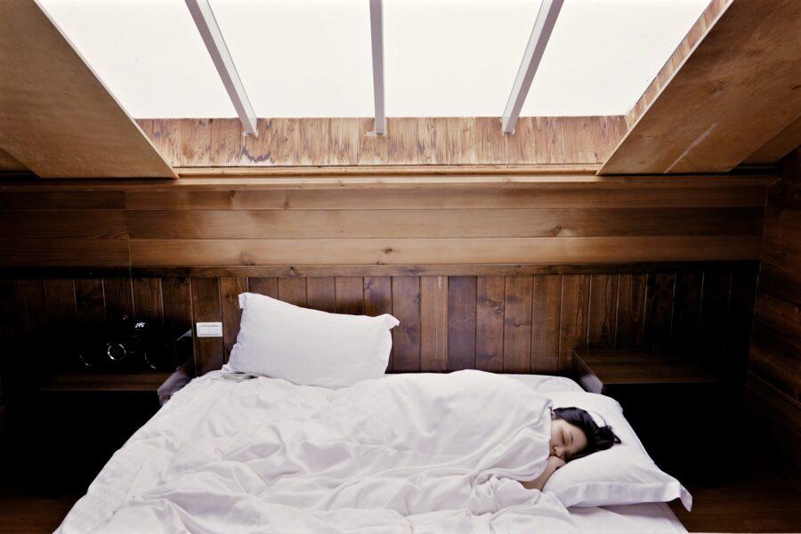 Jak spać, żeby się wyspać? Sposoby na dobry sen